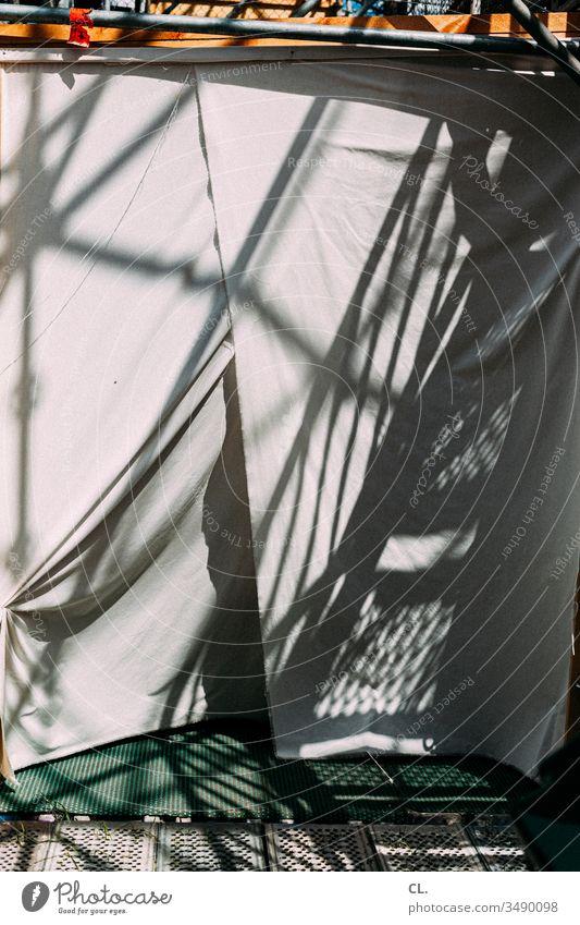 backstage Gerüst Metall metallgitter Gitter Stoff Sichtschutz Bühne abstrakt Schattenspiel Faltenwurf Strukturen & Formen Muster Farbfoto Menschenleer