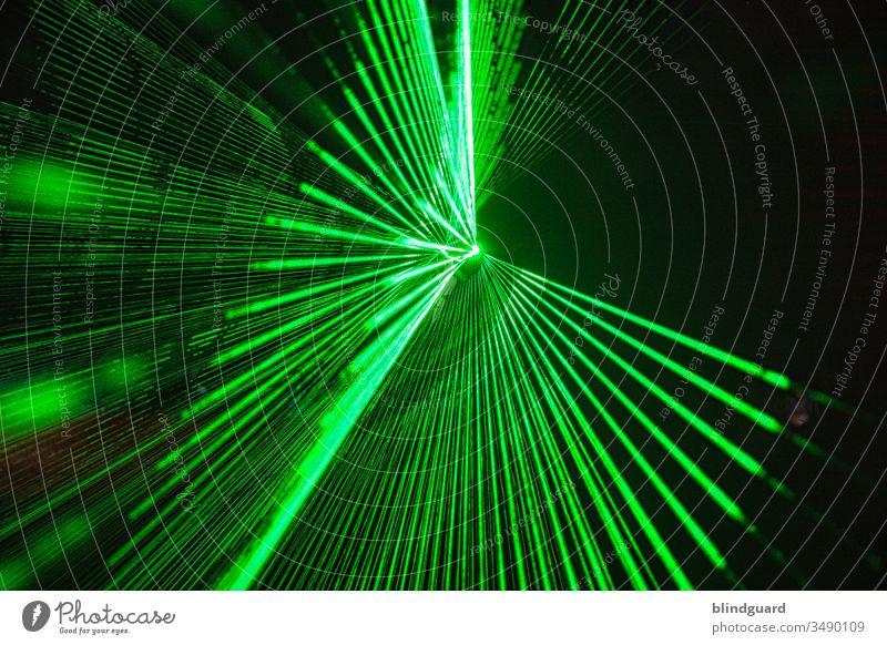 Time for a Party!? Is'nt it?! Lasershow bei einer Veranstaltung. Laserstrahlenfächer für Disco, Party, Event, Rave oder Technoparty Licht Nacht Club