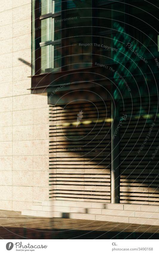 architektur abstrakt Architektur Wand Gebäudeteil Fenster ästhetisch Licht Schatten Strukturen & Formen Muster Design Linie eckig modern Lichtspiel