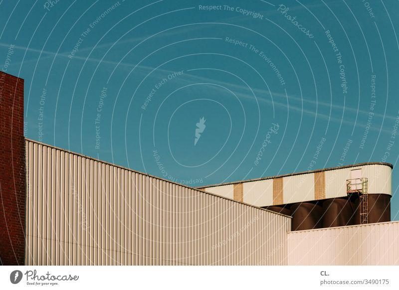 gewerbegebiet Gewerbegebiet Industrie Industrieanlage Industriegelände Fabrikhalle Himmel Blauer Himmel Gebäude Architektur Wand Außenaufnahme Menschenleer
