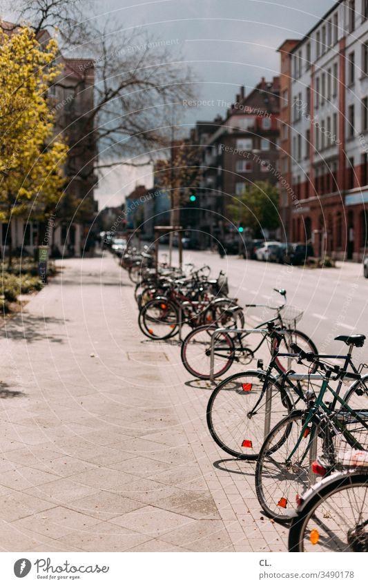 parkende fahrräder in der stadt Fahrrad Straße Verkehrswege Verkehrsmittel Straßenverkehr Fahrräder Parkplatz gehweg Stadt Mobilität Häuser Fahrradfahren