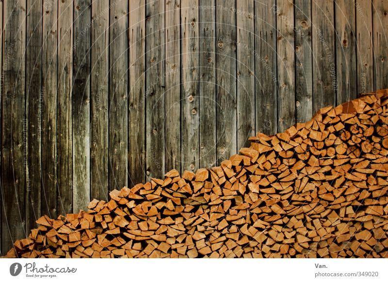 / Natur Dorf Hütte Fassade Holz braun gelb Stapel Brennholz Holzbrett Farbfoto mehrfarbig Außenaufnahme Menschenleer Tag