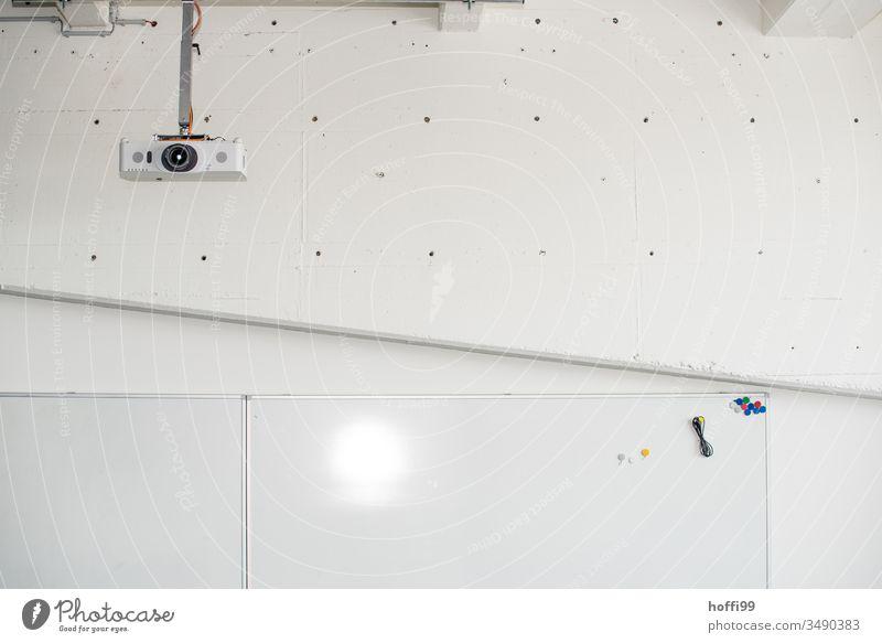 Schulungsraum mit Beamer an der Decke Vortragsraum Wandtafel Magnettafel Weiterbildung Projekt Projektionsleinwand Projektor Vortragssaal Technik & Technologie