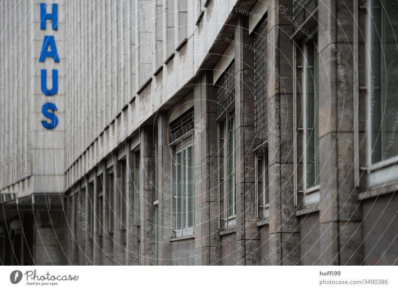 grau triste Fassade stagnierend Symmetrie Einsamkeit Hochhaus hoch Enttäuschung Baugerüst Beton Haus Bauwerk Mauer Wand modern dreckig Fenster Ordnung