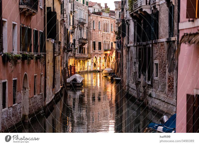 kleiner Kanal in Venedig im Abendlicht - die Gastro wartet schon ... Canal Grande Altstadt Wasser Gondel (Boot) Italien Hafenstadt Ausflug Brücke Gondolier Haus