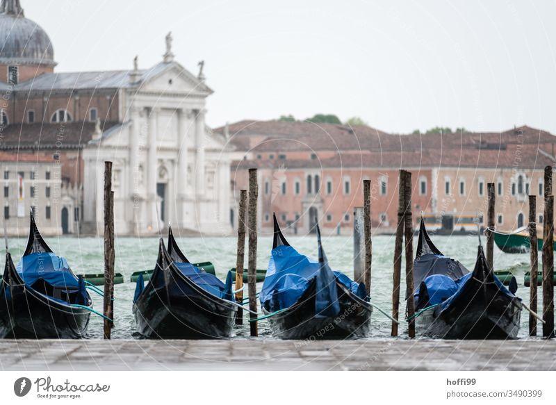 Eine Reihe von Gondeln am Canale Grande mit historischen Gebäuden im Hintergrund Gondoliere Gondolieri Venedig Italien Gondel (Boot) Canal Grande Kanal Altstadt