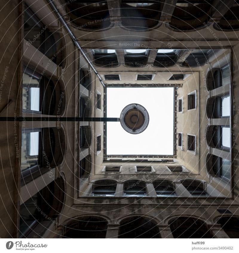 Blick von unten auf einen Lampe im Innenhof eines alten venezianischen Gebäudes Altbau Altstadt historisches gebäude historisches Bauwerk Architektur