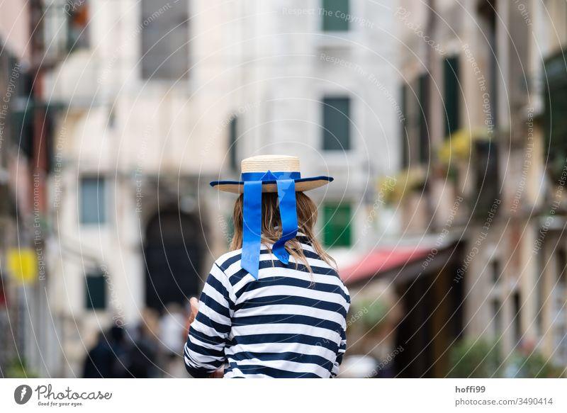 Gondolieri schaut in die Stadt Gondoliere Venedig Italien Gondel (Boot) Canal Grande Kanal Altstadt Hut blaues band gestreiftes hemd Außenaufnahme Rialto-Brücke