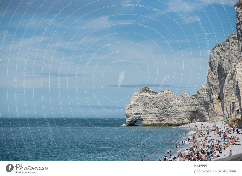 Felsen im Meer und Menschen am Strand Küste Menschenmenge Ferien & Urlaub & Reisen Strandleben Normandie Urlaubsstimmung Sommer Tourismus Schönes Wetter