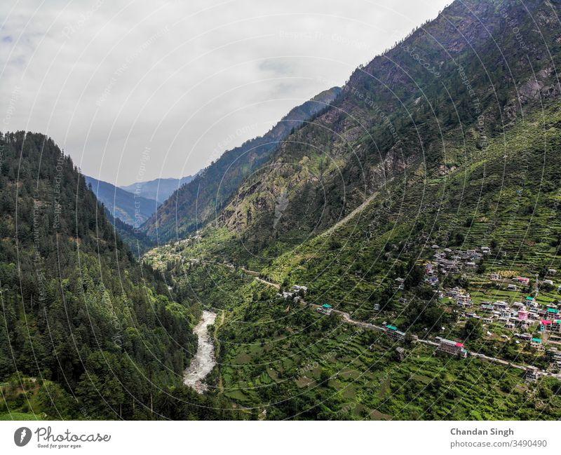 Aussicht auf das Bergtal bei bewölktem Wetter Ansicht Berge u. Gebirge Landschaft Fluss Natur Gipfel Himmel grün Sommer Wald Cloud Wolken Hügel Tal Baum reisen