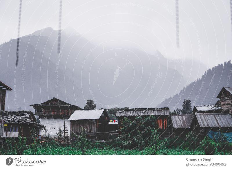 Nebliger Gipfelblick von Berg-Stadthäusern Ansicht Berge u. Gebirge Landschaft Natur heimwärts Haus Himmel grün Sommer Wald Cloud Wolken Hügel Tal Baum reisen