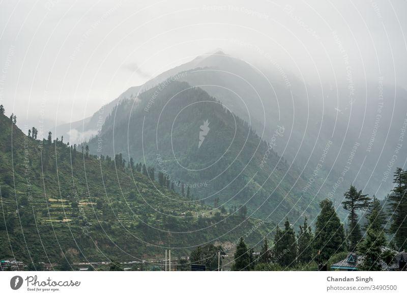 Wolken über Berggipfeln, mit Nebel bedeckt Ansicht Berge u. Gebirge Landschaft Natur Gipfel Himmel grün Sommer Wald Cloud Hügel Tal Baum reisen Bäume Felsen