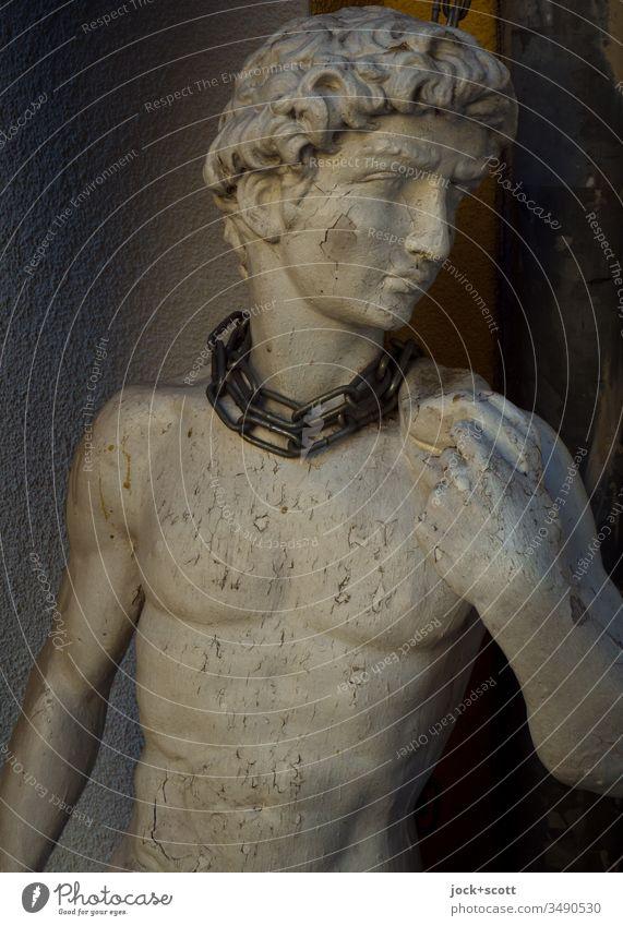 Ideal in Ketten Schönheitsideal Statue Zahn der Zeit verwittert abblättern Low Key Oberkörper Sicherung ästhetisch Junger Mann Skulptur David Lack ist ab