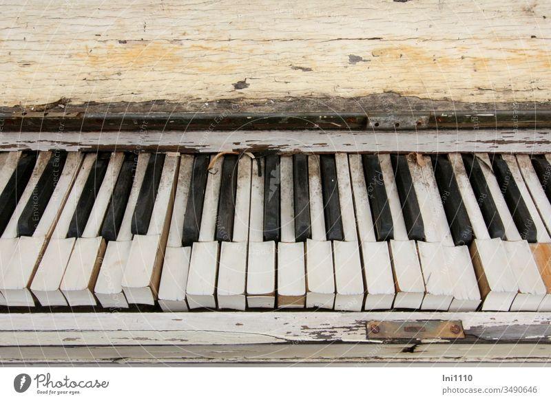 Es war einmal ein Klavier .... Sperrmüll Dekoration & Verzierung nostalgisch Holz verwittert Hingucker ausgedient schwarz weiß Tasten Klaviatur Instrument