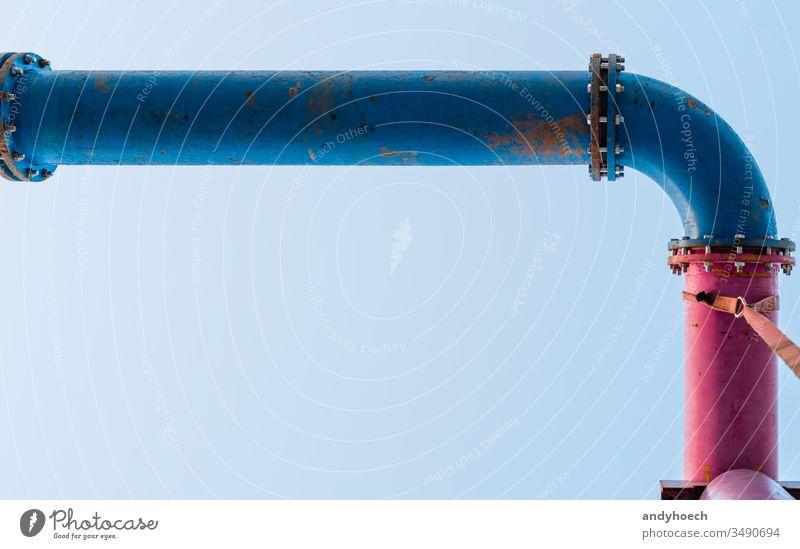 eine blaue und eine rosa Leitung verbunden sind abstrakt Sperrriegel Schraubverbindung Business Klarer Himmel wolkenlos Farbe Anschluss Zwischenstück