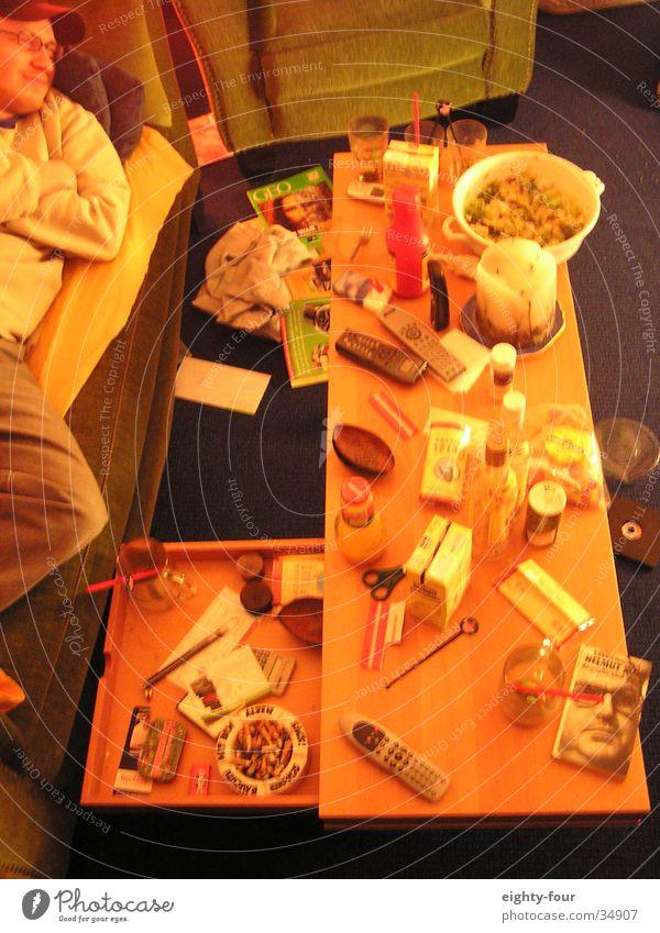 freitachabend Erholung Freizeit & Hobby Tisch schlafen Rauchen Fernsehen Video Technik & Technologie Wochenende Sucht Informationstechnologie Trägheit