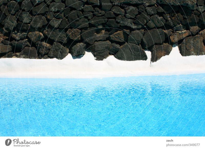 total blau | erfrischend Schwimmen & Baden Sommer Wasser Stein Erholung schwarz Ferien & Urlaub & Reisen Schwimmbad azurblau türkis Felsen Felswand Farbfoto