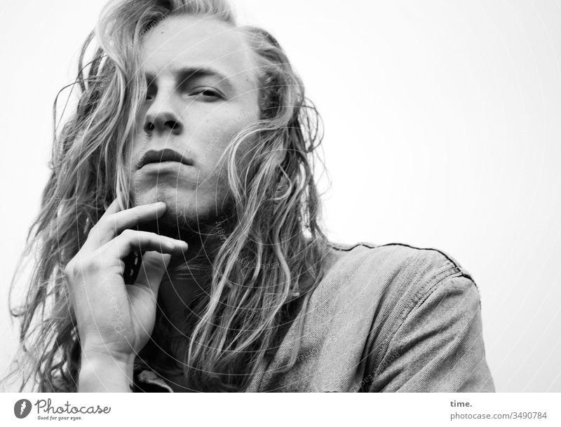 Vince männlich langhaarig nachdenklich sehen schauen beobachten blond jacke jugendlich künstler prüfen skeptisch freisteller wild cool rebellisch dreitagebart