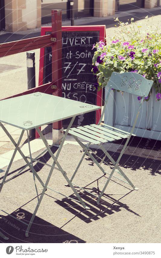 Cafeterrasse Café Straßencafé Außenaufnahme Stuhl Menschenleer Tisch Gastronomie Bürgersteig Tag Restaurant Klappstuhl Pause Farbfoto