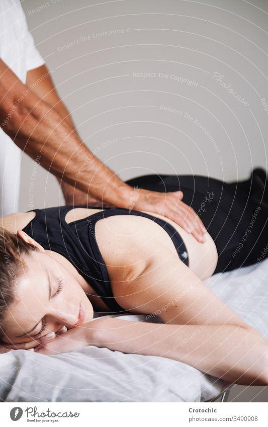 Physiotherapeut, der mit dem Patienten in der Klinik arbeitet alternativ Aromatherapie Arthritis Rücken Wesen Körperpflege Knochen Chiropraktiker Kosmetik