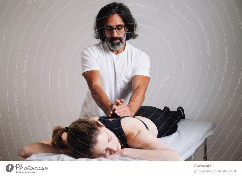 Kinesiologie Physiotherapie. Kaukasischer Mann, der seine Klinik besucht. alternativ Aromatherapie Arthritis Rücken Wesen Körperpflege Knochen Chiropraktiker