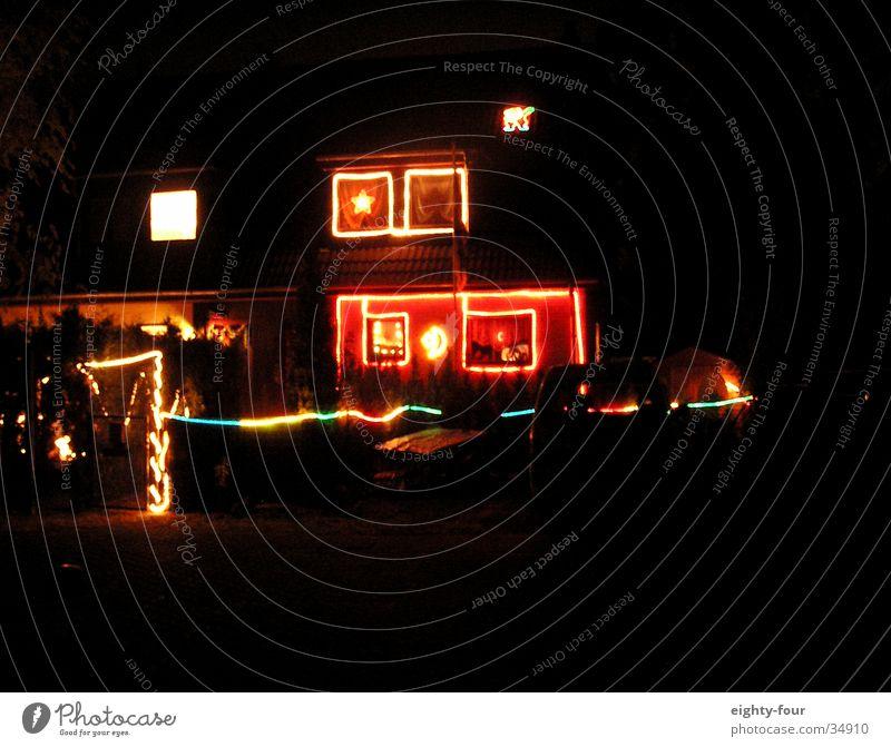 weihnachtszeit Weihnachten & Advent Festbeleuchtung mehrfarbig Billig grell blenden Abend Nacht Architektur Kitsch Licht Kontrast white trash eighty-four