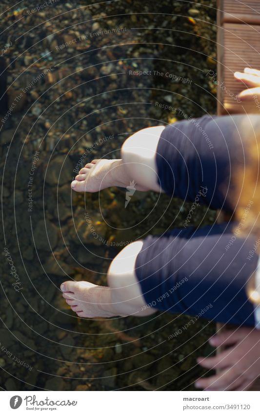 Füße im Wasser kind fuss fuß füße füsse mädchen schulkind langeweile kaltes wasser nackte beine baumeln kühl erfirschend sommer tag steg waser see gewässer