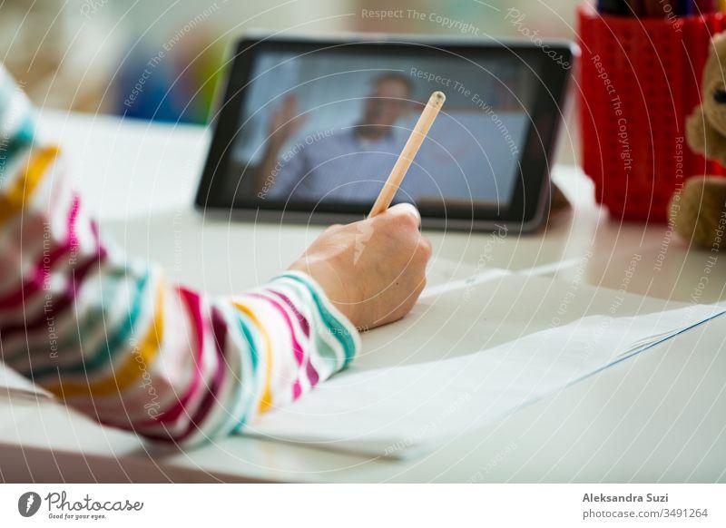 Grundschüler bei einer Videokonferenzschaltung mit dem Lehrer per Webcam. Online-Bildungs- und E-Learning-Konzept. Heimquarantäne-Fernunterricht und Arbeiten von zu Hause aus. Leerer Bildschirm.