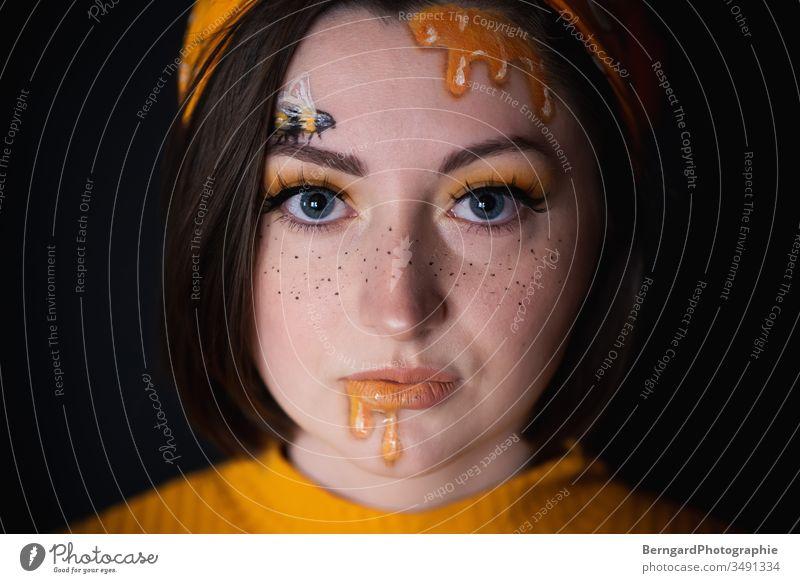 Honig honig Biene Sommer gelb Makroaufnahme Porträt Makeup Make-up schwarz