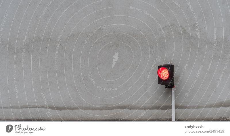 Die Ampel zeigt rot auf der grauen Fassade Unfall Architektur Autorität Hintergrund Kabel Großstadt Farbe Konzept Kontrolle Textfreiraum Gefahr gefährlich Regie