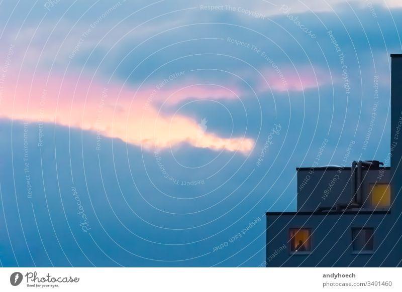 Allein am Fenster, als abends die Sonne unterging abstrakt allein Appartement Architektur blau Gebäude Gebäudeaußenseite Großstadt Cloud Wolken Textfreiraum