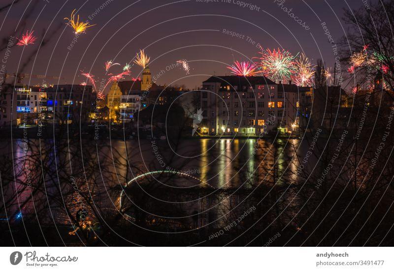 Feuerwerk am Himmel am Silvesterabend in Berlin Architektur schön hell Gebäude Kapital zu feiern Feier heiter Großstadt Stadtleben Stadtbild farbenfroh Kultur
