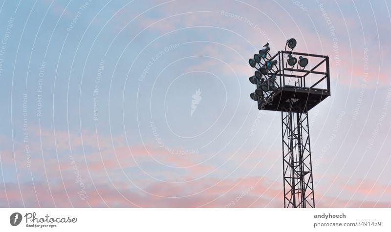 Das Flutlicht am Morgen mit rosa Himmel Architektur Vogel blau gebaute Struktur Cloud Wolkenhimmel Textfreiraum dramatischer Himmel Elektrische Lampe Gerät