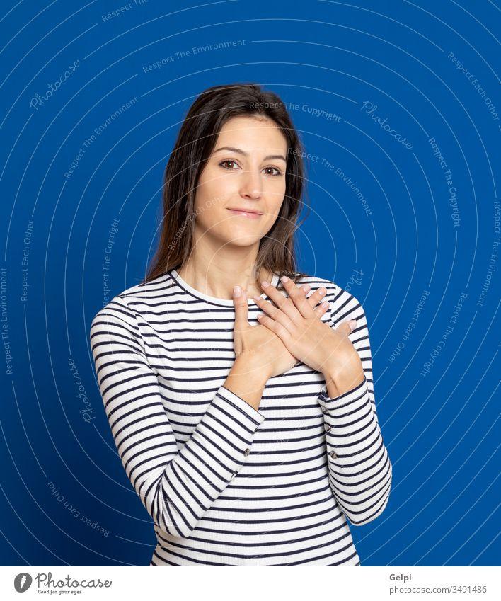 Brünette junge Frau trägt ein gestreiftes T-Shirt Mädchen Person Liebe Gefühl Hand Zusammensein verliebt romantisch Glück Lächeln Glaube Herz inspiriert blau