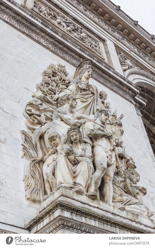Arc de Triomp mit Elementen von Skulpturen, die Jean Chalgrin 1806 auf dem Place de Gaulle in Paris, Frankreich, entworfen hat Bogen triumphieren Fahne Denkmal