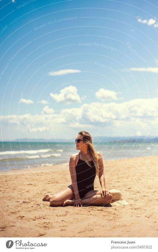 Sexy erwachsene Frau im Badeanzug beim Sonnenbaden am Strand Teenager blond kolumbianisch Spanien Mädchen jung attraktiv stylisch im Freien Lächeln hübsch
