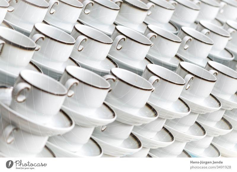 Aufgestapelte Kaffeetassen Becher weiß Teller Utensilien trinken Feier Restaurant Pause Kuchen Pub Genuss Serviette blau gemütlich übereinander viele Keramik