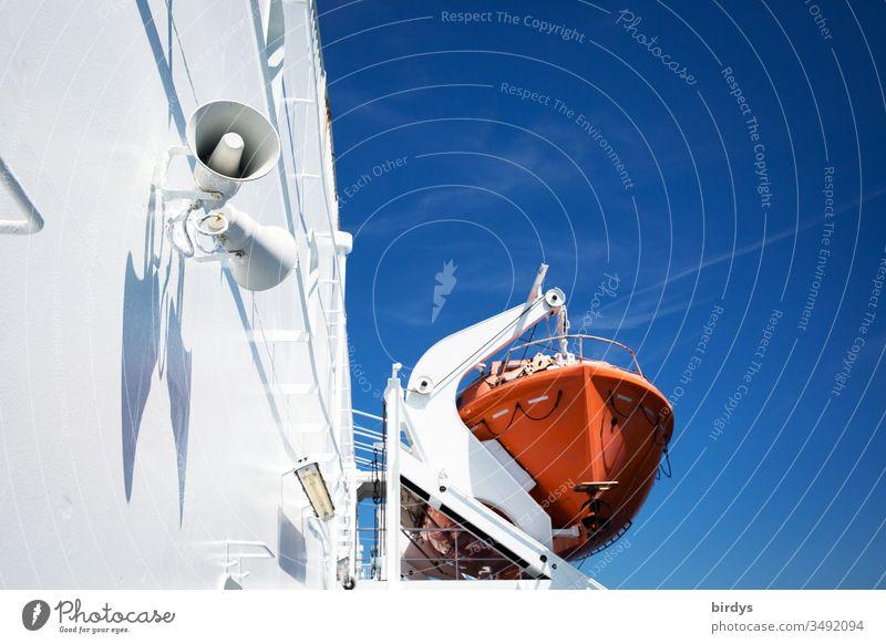 Rotes Rettungsboot auf einem weißen  Schiff vor blauem Himmel, Seenotrettung, Flüchtlinge seenotrettung Schifffahrt maritim Menschenleer Boot Bootsflüchtlinge