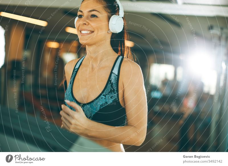 Junge Frau läuft während des Sporttrainings in einem Fitnessstudio auf dem Laufband laufen passen Athlet Übung Gesundheit Sportbekleidung Training Maschine