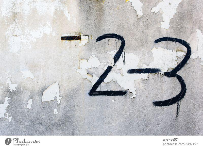 Hausnummer 2-3 an einer alten Hauswand mit abblätternden Anstrich Fassade Mauer abbröckeln Ziffern Ziffern & Zahlen Wand Außenaufnahme Farbfoto