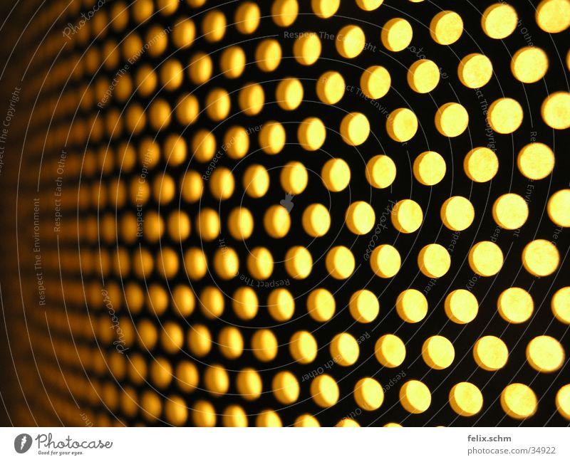 Löcherlampe Lampe Metall gelb Perspektive Raster Gitter Loch Tiefenschärfe Lampenschirm glühen Strahlung Perforierung wellig Dinge Nahaufnahme Makroaufnahme