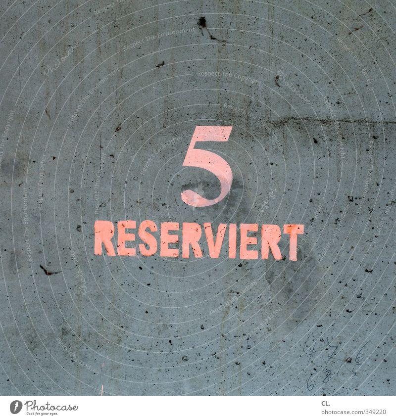 reserviert Wand Mauer grau Stein rosa Verkehr warten Schilder & Markierungen Ziffern & Zahlen Güterverkehr & Logistik Dienstleistungsgewerbe 5 Mobilität Langeweile Parkplatz parken