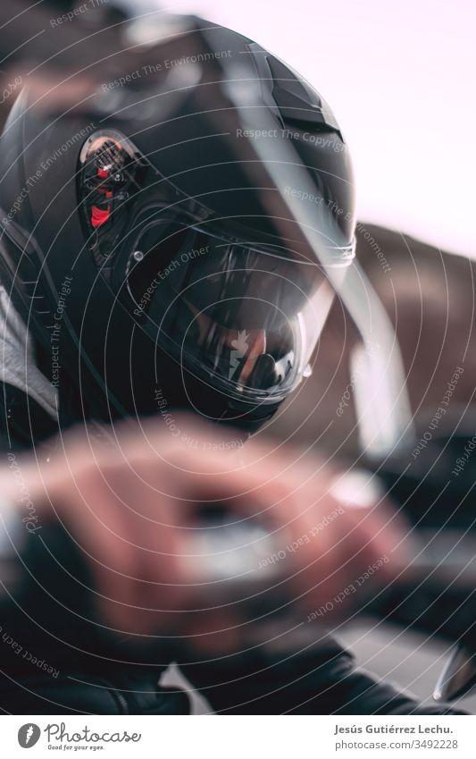 Motorradfahrer mit schwarzem Helm mit der Hand auf dem Gas Zentralperspektive Sonnenuntergang Sonnenaufgang wild Geschwindigkeit Motorsport Motorradfahren