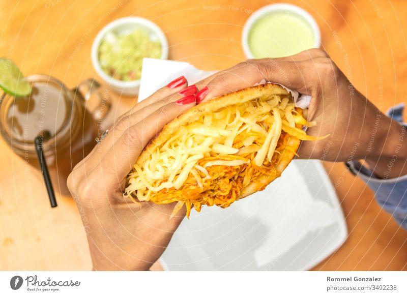 Typisches venezolanisches Essen, Arepa, verschiedene Arten von Arepas, Fleisch, schwarze Bohnen, Käse, gebratene Wegeriche, typisches südamerikanisches Essen