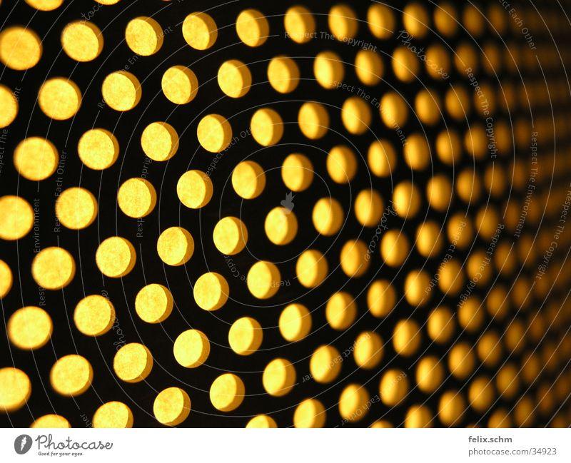 Löcherlampe gelb Lampe Metall Perspektive Häusliches Leben Strahlung Loch Tiefenschärfe Raster Gitter glühen Lampenschirm wellig Perforierung