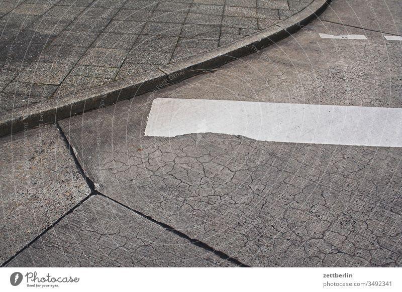 Straßenbelag am Busbahnhof parkplatz bushaltestelle bürgersteig gehweg fahrbahnmarkierung gehwegplatte busbahnhof schwelle bordstein kurve beton rissig muster