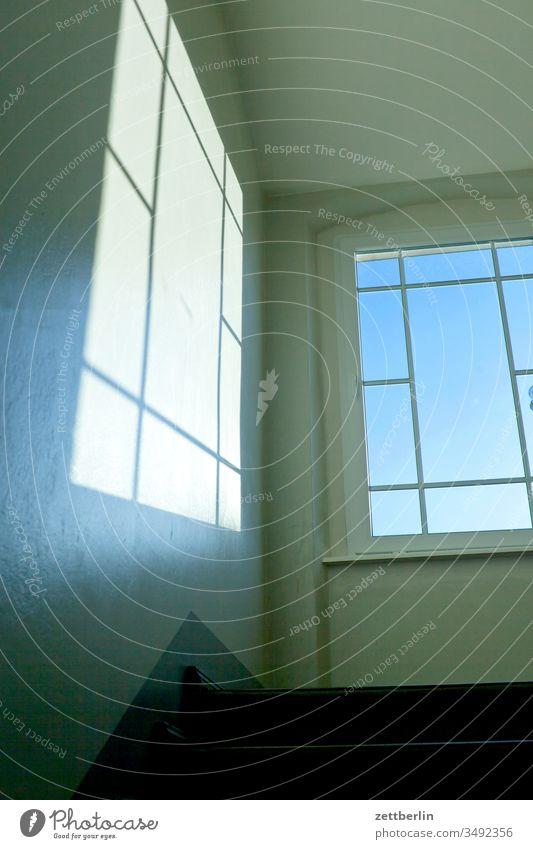 Treppenhaus mit Fenster absatz abwärts aufwärts fenster mietshaus stufe textfreiraum treppe treppenabsatz treppenhaus treppenstufe wand wohnen wohngebiet