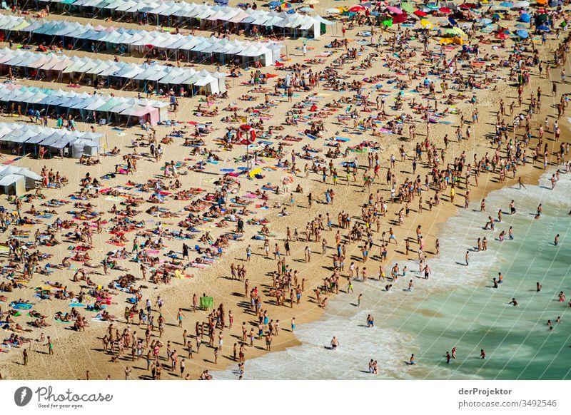 Überfüllter Strand in Nazaré braun grün wasser... Freizeit & Hobby mehrfarbig Außenaufnahme Tourismus Sand Spuren Wasser Sonnenlicht Umwelt selbstbewußt