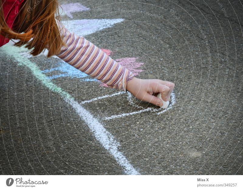 Künstler Freizeit & Hobby Kinderspiel Mensch Mädchen 1 3-8 Jahre Kindheit 8-13 Jahre Kunst Maler zeichnen mehrfarbig Farbe Kreativität Kreide Malkreide