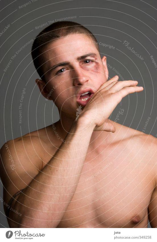 nach dem Kampf maskulin Junger Mann Jugendliche Aggression sportlich dunkel eckig muskulös rebellisch Erotik wild Wut Coolness Kraft Mut Schmerz Verachtung